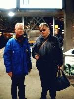 An der blauen Jacke erkennbar: Mitarbeitende der Bahnhofsmission.