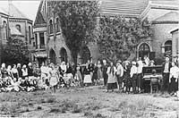 Zwangsarbeiterinnen vor dem evangelischen Gemeindehaus Duisburg-Wanheim.