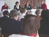 Was bedeutet Dienen? Die Podiumsdiskussion leitete Ilka Neserke vom Frauenreferat (M.).
