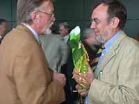 Glückwunsch zum runden Geburtstag: Prof. Nipkow gratuliert Oberkirchenrat Harald Bewersdorff.