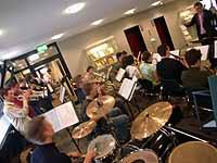 Rhythmus im Landeskirchenamt: Die Da Capo Big Band der evangelischen Schulen spielt in Düsseldorf.