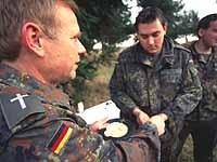 Auch außerhalb von Kirchengebäuden: Abendmahl mit einem Seelsorger in der Bundeswehr.
