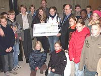 Übergabe eines symbolischen Schecks: Präses Nikolaus Schneider empfing die Kids, die für den Brunnen gesammelt hatten.