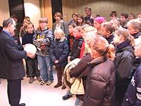 Fair-Play-Bälle als Geschenk: Präses Nikolaus Schneider (l.) empfing die Schülerinnen und Schüler im Landeskirchenamt.
