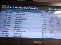 Ankunftstafel auf dem Düsseldorfer Flughafen mit Flügen aus Thailand