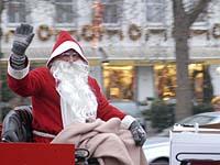 Verkleidet, aber hübsch: Weihnachtsmänner kurbeln in den Innenstädten den Konsum an.