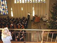 Den Eröffnungsgottesdienst von oben betrachtet: auf der Empore der Neuenahrer Martin-Luther-Kirche.