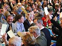 Die Synode arbeitet: Im Plenum fallen Entscheidungen durch Abstimmungen.