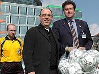 Präses Nikolaus Schneider übergibt dem 2. Vorsitzenden Michael Becker die fair gehandelten Bälle.
