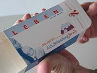 """Ungewöhnliches Trägermedium für eine Unterschriftenaktion: Die leere Medikamentenschachtel aus der Aktion """"Pillen statt Profit: Aids-Behandlung für alle""""."""