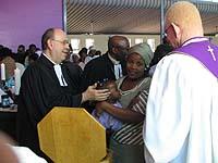 Taufgottesdienst in Namibia mit Präses Nikolaus Schneider (l.) und dem namibischen Bischof Dr. Zephania Kameeta (r.).