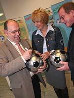 Faire Bälle zur Fußball-WM: Präses Schneider (l.), Sportbeauftragte Elke Wieja und Oberkirchenrat Wilfried Neusel.
