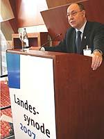 Präses Nikolaus Schneider erstattet der Landessynode 2007 seinen Bericht.