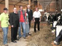 Hofbesichtigung: der Präses mit der Bauernfamilie, dem Ortspfarrer und dem Superintendenten.