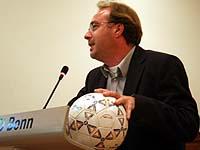 Den Ball aufgenommen: Hans-Georg Ulrichs, ehemals WM-Pfarrer, hielt die launige Festrede zum Jubiläum der Männerarbeit.