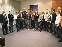 Einen weiteren Ehrenamtspreis übergab der Präses an die Jugenlichen vom Eine-Welt-Laden in Oberhausen-Osterfeld.