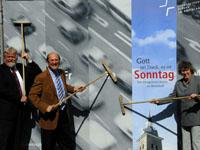 Das erste Plakat hängt - Präses Buß, Landessuperintendent Dutzmann und Vizepräses Bosse-Huber beim Start der Sonntagsinitiative in Wuppertal