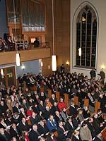Gäste und Synodale feiern den Eröffnungsgottesdienst.