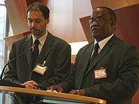 Kämpft für ein Basiseinkommen und gegen Aids: Pastor Wilfried Nico Diergaardt (ELCRN, re.)