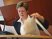 Es galt, viel Papier zu bewältigen: Kirchenrätin Christine Busch vor der Landessynode.