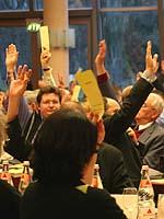 Das Plenum stimmt in aller Regel per Handzeichen ab: Die Landessynode 2009 tagt in der dritten Januar-Woche. ekir.de-Archivfoto
