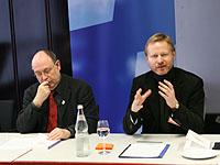 Ringen um die richtige Sprache: Präses Schneider und Akademiedirektor Vogelsang.