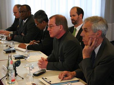 """Referenten zum Thema """"Globalisierung"""": Prof. Dr. Konrad Raiser, Oberkirchenrat Wilfried Neusel, Prof. Dr. Mark Burrows."""