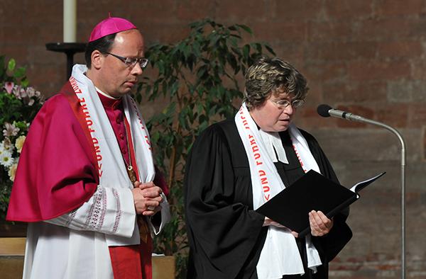 Triers katholischer Bischof Stephan Ackermann und Oberkirchenrätin Barbara Rudolph, die Leiterin der Ökumene-Abteilung.