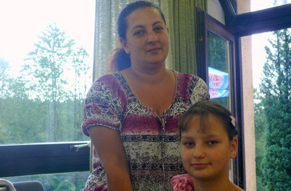 Die rosa Schleife frisch ins Haar geflochten: die zwölfjährige Christina mit ihrer Mutter.
