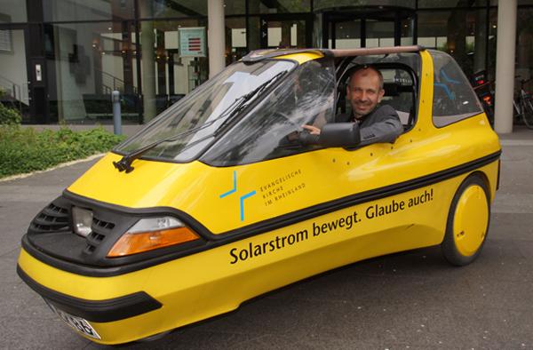 Präses Manfred Rekowski in seinem Elektroauto: Ausnahmsweise ist er mit dem CityEl ins Düsseldorfer Landeskirchenamt gekommen. Foto: Jan Lukas Kleinschmidt