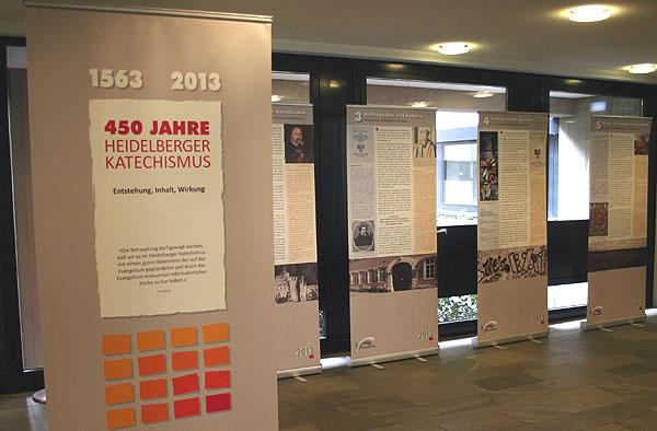Die Ausstellung über den Heidelberger Katechismus besteht aus Tafeln, die Entstehung, Inhalt und Wirkung des Heidelberger Katechismus verdeutlichen.