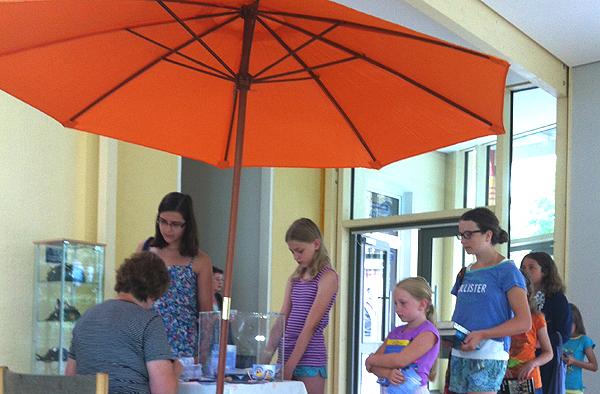 Schlange stehen in Remagen: Kinder und Jugendliche nehmen am Sommerleseclub teil.