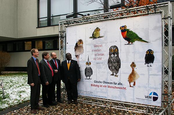 Stellen die Menchenrechtskampagne zum Thema Bildung vor, v.r.: John Wesley Kabango, Präses Manfred Rekowski, Oberkirchenrat Klaus Eberl und Dr. Jochen Motte.