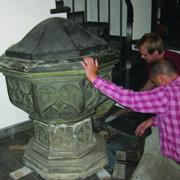 Die Reliefs lassen auf die mittelalterliche Herkunft schließen.