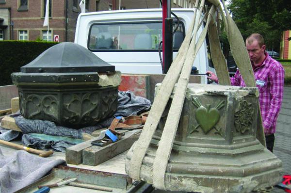 Der Taufstein wird in Hamborn abgeholt.