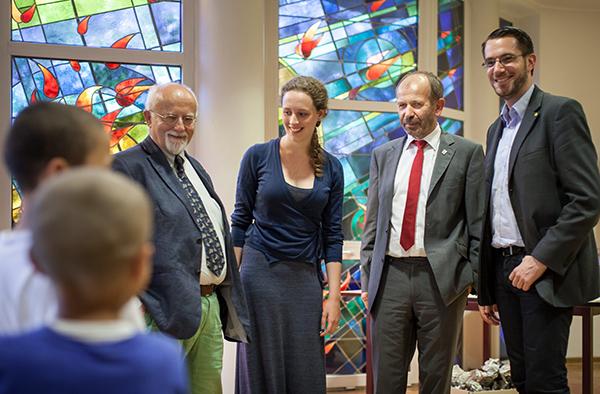 Besuch im Paulusheim für Flüchtlinge, v.l.: der Landtagsabgeordnete Bernhard von Grünberg, FSJ'lerin Vera Blume, Präses Manfred Rekowski und der Bonner Sozialausschuss-Vorsitzende Peter Kox.