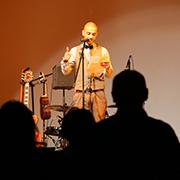 """Younes Al-Amayra, Mitbegründer des muslimischen Poetrywettbewerbs """"i,Slam"""", trat am Abend auf."""