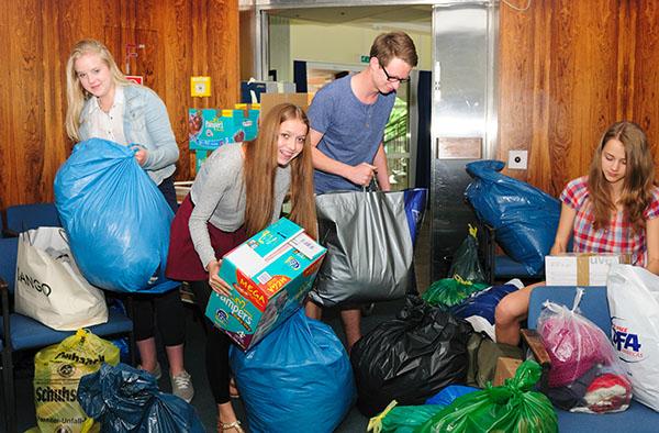 Schnell helfen: Schülerinnen und Schüler des Amos-Comenius-Gymnasiums packen für die vom Hochwasser betroffenen Menschen in drei Orten in Zentralbosnien.