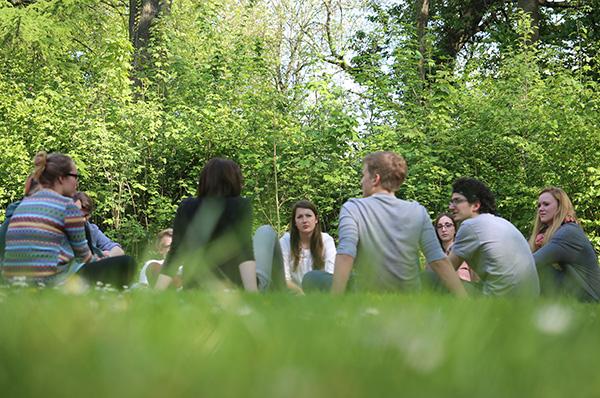 Gruppenarbeit im Garten des Hackhauser Hofs in Solingen während des Vorbereitungsseminars für Auslandsfreiwilligendienste.