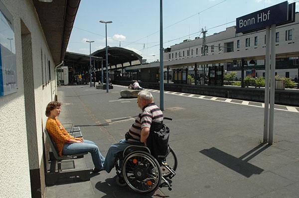 Ingrid Zacher und Frank Köllner vor der Bonner Bahnhofsmission.