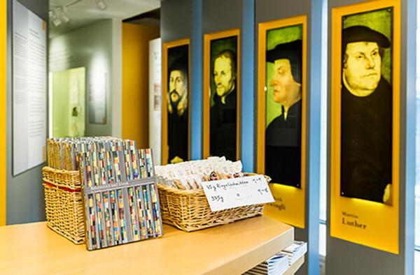 Präsente Reformatoren: Blick in die Dauerausstellung über die Barmer Theologische Ausstellung in Wuppertal.