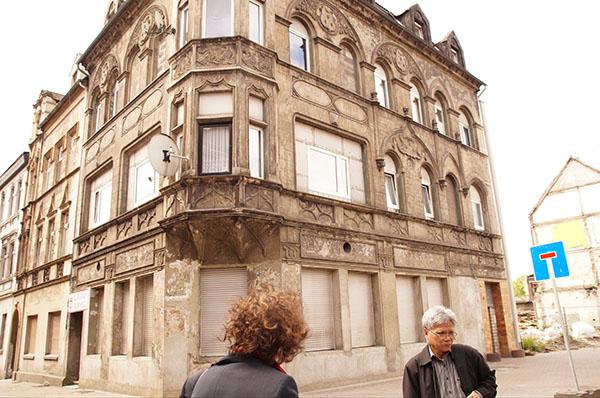 Eine Gruppe von VEM-Delegierten besucht den von Armut betroffenen Duisburger Stadtteil Bruckhausen.