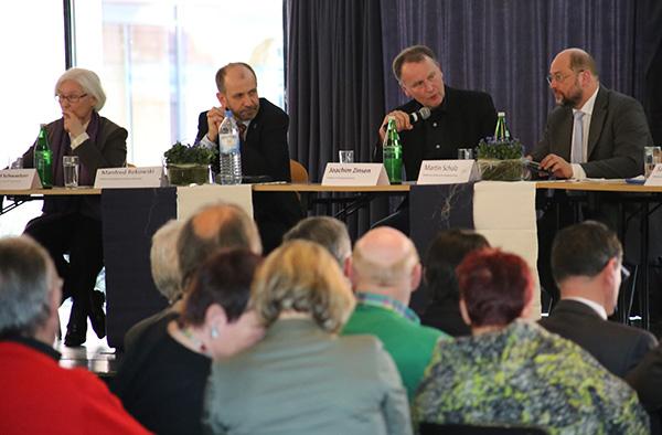 Diskutierten über Europa, die EU-Außengrenzen, die Annexion der Krim: EU-Parlamentspräsident Martin Schulz (v.r.), Moderator Joachim Zinsen, Präses Manfred Rekowski und EKD-Präses Irmgard Schwaetzer.