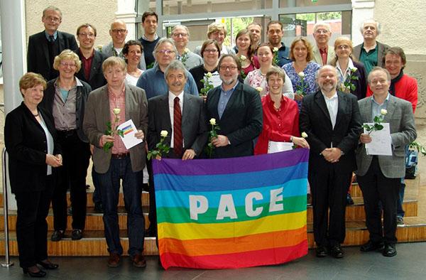 Qualifiziert für Friedensbildung an Schulen: der erste Fortbildungskurs bei der Zertifizierung, u.a. links mit Landeskirchenrätin Christine Busch.