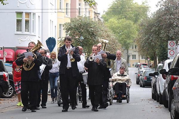 Umzug mit Musik: Bewohnerinnen und Bewohner ziehen ins neue Ferdinand-Heye-Haus in Düsseldorf-Gerresheim.