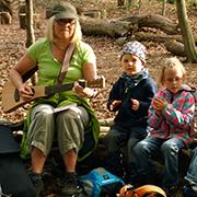 """Ingeborg Marquardt singt mit den Kids auf dem """"Waldsofa""""."""