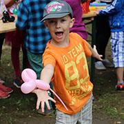 Spaß beim Basteln mit dem Luftballon.