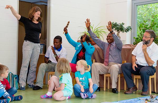 Zu Besuch im Kindergarten in Lintorf-Angermund: drei der Kongogäste.