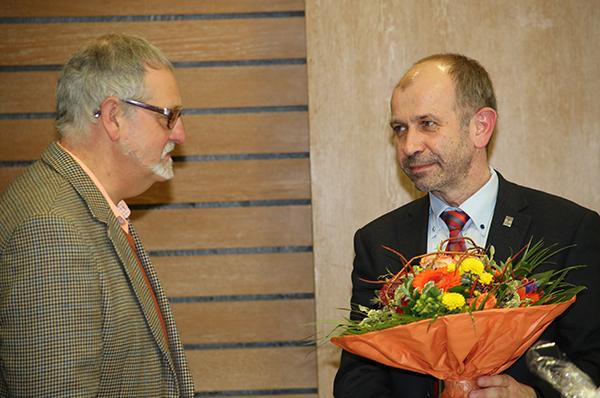 Präses Manfred Rekowski dankt Pfarrer Max Koranyi (l.) für sein Engagement für die UCC-Partnerschaft.