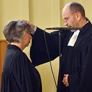 Präses Manfred Rekowski emtpflichtet Petra Bosse-Huber und spricht ihr Gottes Segen zu.